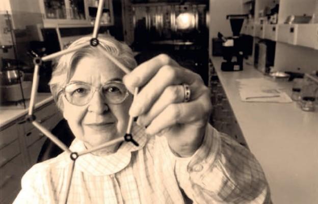Stephanie Kwolek w laboratorium z modelem obrazującym syntezę kevlaru