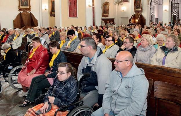 Chorzy w centrum miłości Kościoła