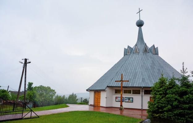 Kościół św. Kazimierza w Występie góruje nad okolicą