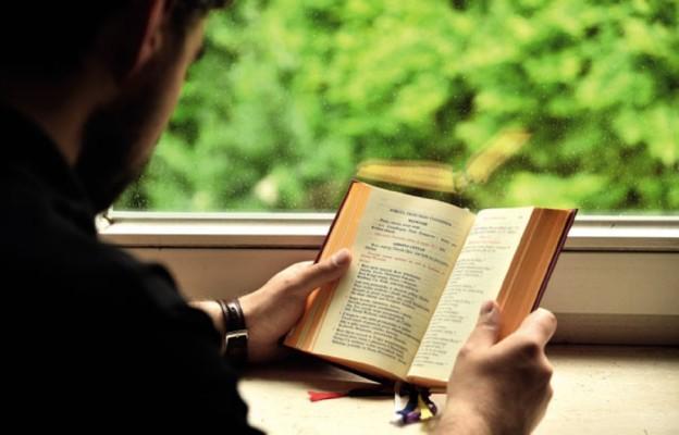 Czym jest liturgia godzin? Poznaj doskonały sposób trwania przy Bogu!
