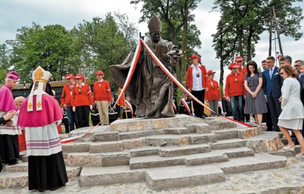 Pomnik poświęcił bp Jan Piotrowski