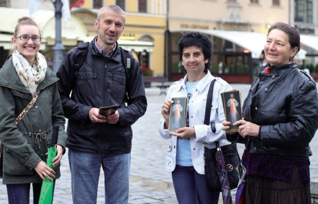 Jedna z grup ewangelizujących na wrocławskim Rynku. Ewangelizatorzy rozdawali przechodniom foldery z wizerunkiem Jezusa Miłosiernego oraz m.in. orędziem o Bożym Miłosierdziu i tekstem Koronki