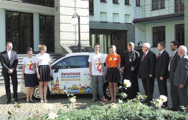 Bp Roman Pindel w gronie przedstawicieli Fita i wolontariuszy ŚDM