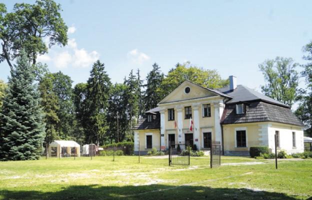 Dwór i kościół otoczone są zabytkowym parkiem lipowym