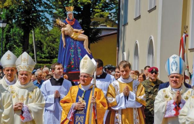 Figurę Matki Bożej procesyjnie przeniesiono z kościoła do ołtarza polowego