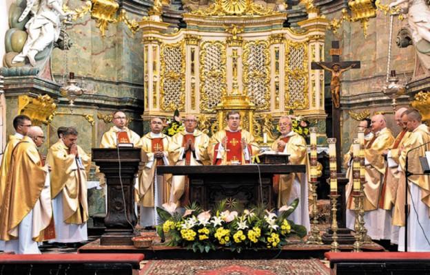 Msza św. w miechowskiej bazylice w stulecie liceum w Miechowie