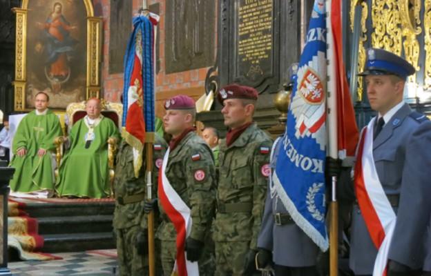 Przedstawiciele służb mundurowych oraz ich poczty sztandarowe uczestniczyły w Mszy św. w kościele Mariackim