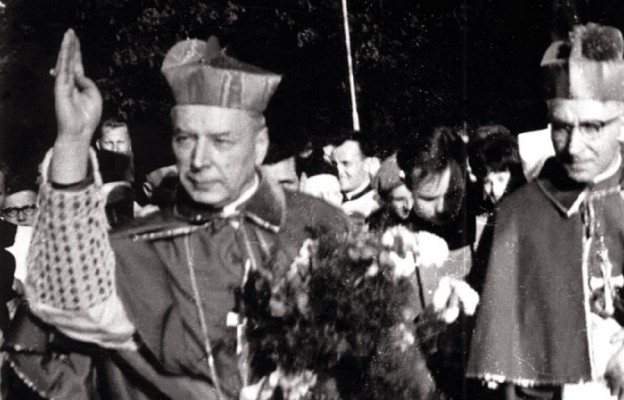 Kard. Stefan Wyszyński był legatem papieża Pawła VI na uroczystości milenijne w 1966 r. Władze komunistyczne nie wpuściły wtedy Ojca Świętego do Polski. Ksiądz Prymas podąża na Jasną Górę z biskupem częstochowskim Stefanem Barełą