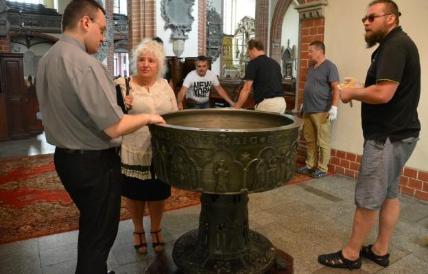 Zabytkowa chrzcielnica wróciła z Poznania