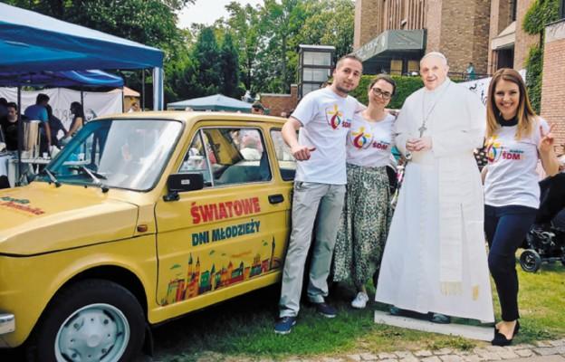Grupa wolontariuszy z parafii św. Dominika odbyła rajd dokoła Polski zabytkowym maluchem (Fiatem 126p). Ich akcja promowała ŚDM