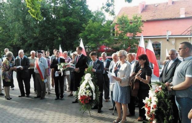 Składanie kwiatów pod pomnikiem repatriantów z Kresów Wschodnich