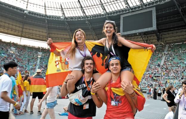 Młodzi ludzie podczas Singing Europe na stadionie miejskim