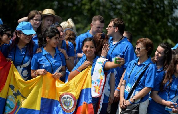 Powiewają kolorowe flagi, słychać śpiew - na krakowskich ulicach coraz więcej uczestników ŚDM