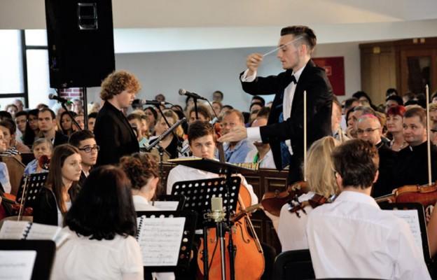 """Młodzi dla młodych – oratorium """"Szczęśliwi"""""""