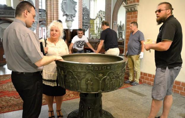 Zabytkowa chrzcielnica wróciła na swoje miejsce