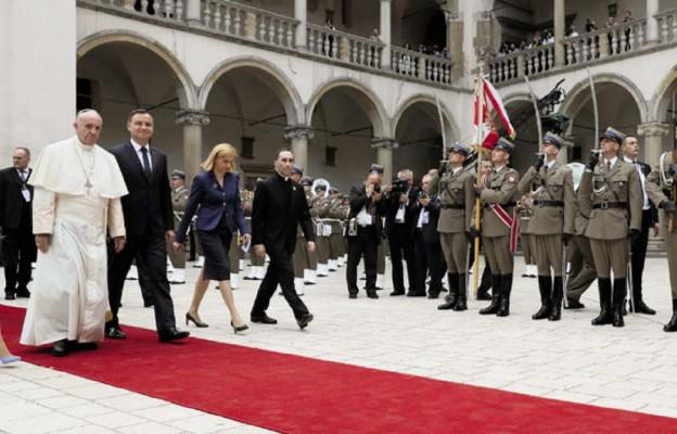 Papież Franciszek wchodzi na Wawel