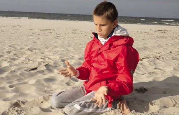 Jakub nad morzem. Chłopiec umie modlić się i trwać w obecności Boga...