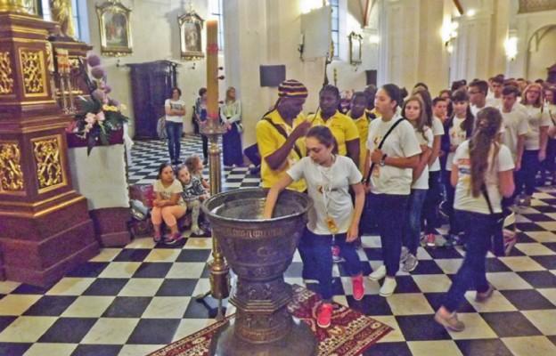 Młodzi odnowili przyrzeczenia chrzcielne przy zabytkowej XV-wiecznej chrzcielnicy