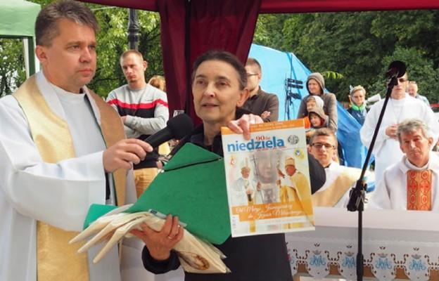 Redaktor naczelna Lidia Dudkiewicz prezentuje najnowszy numer