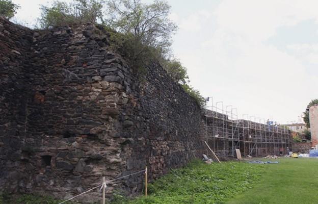 Parafia ratuje mury obronne