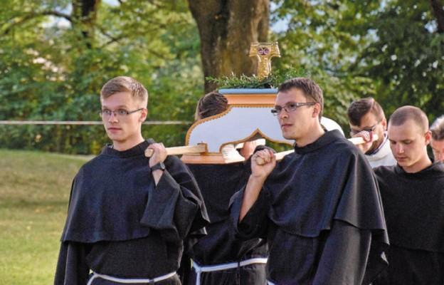 12 sierpnia – wprowadzenie relikwii błogosławionych Męczenników z Peru, o. Michała Tomaszka i o. Zbigniewa Strzałkowskiego