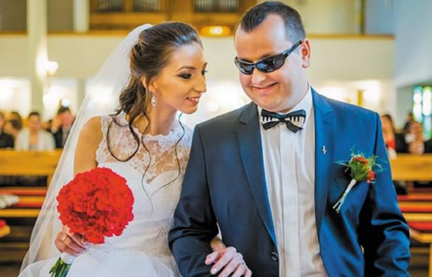 Karolina i Łukasz Zastępscy. Ich ślubne zdjęcie pojawiło się na plakacie promującym Pielgrzymkę Rodzin Archidiecezji Krakowskiej do Kalwarii Zebrzydowskiej