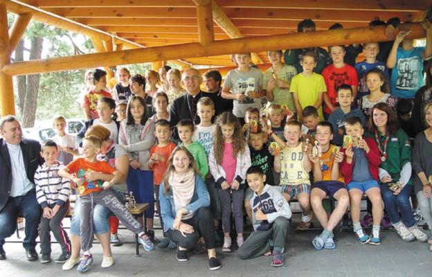 Dzieci na koloniach Caritas wraz z abp. Wacławem Depo, metropolitą częstochowskim