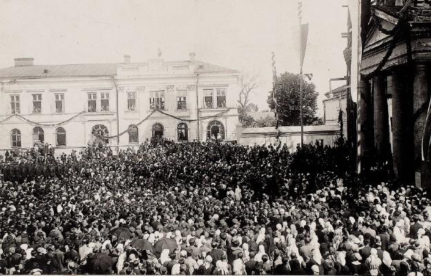 Pielgrzymi przed chełmską katedrą