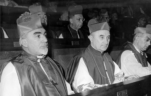 Bp Franciszek Jop (w środku)