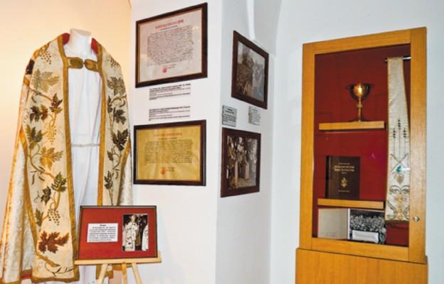 Pamiątkowe paramenty liturgiczne, używane przez św. Jana Pawła II