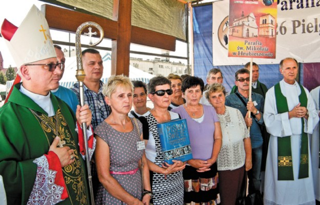 Z uczestnikami pielgrzymki spotkał się bp Artur Miziński