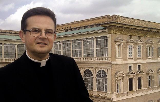Ks. prał. Paweł Ptasznik na tle Pałacu Apostolskiego w Watykanie