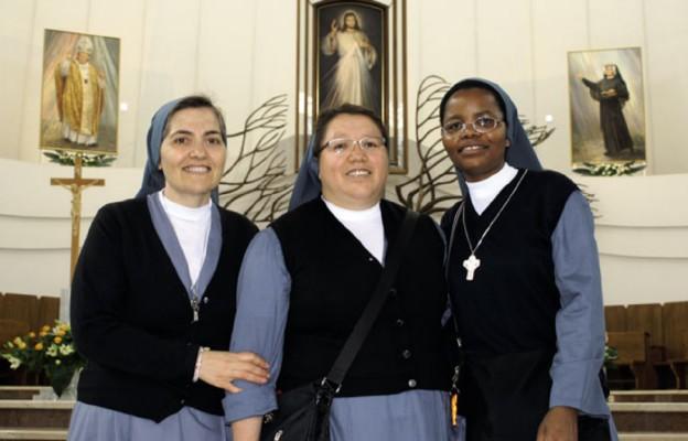 Wspólnota Sióstr Kolegium Świętej Rodziny w Kielcach (od lewej): s. Nazarena Scopelliti (przełożona) z Włoch, s. Sara B. Romero z Meksyku i s. Cecylia Chusi z Tanzanii. Zdjęcie z pielgrzymki do Łagiewnik w czerwcu 2016 r.