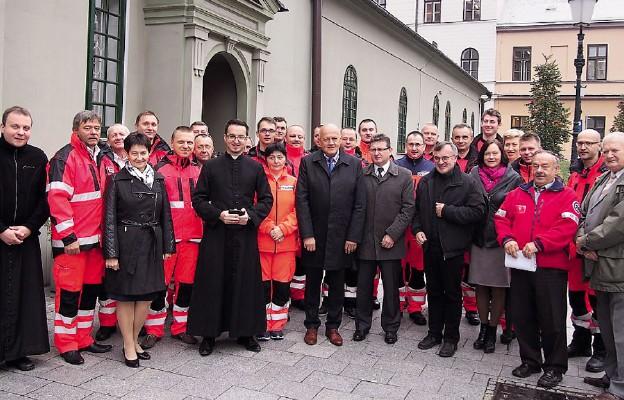 Pracownicy Cieszyńskiego Pogotowia Ratunkowego wraz z kapłanami