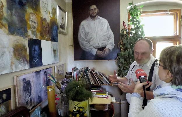 """Andrzej Boj-Wojtowicz prezentuje swój obraz """"Żołnierze Wyklęci"""""""