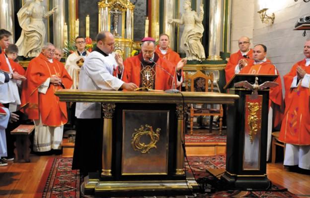Pasterz Diecezji poświęcił ołtarz ufundowany przez parafian