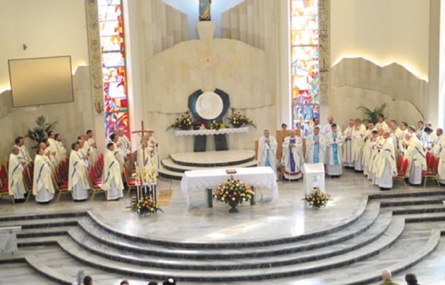 W koncelebrze uczestniczyło ponad 60 kapłanów