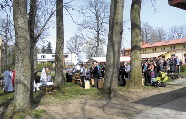 Msza św. w ogrodzie z okazji święta domu, w tle dom w Giezkowie
