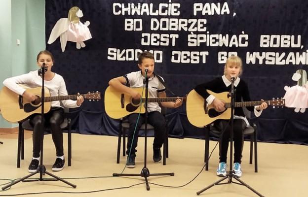 Muzyką i śpiewem chwalili Boga