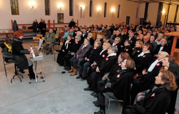 Wspólne śpiewanie w kaplicy parafialnej