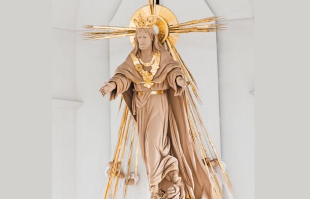 Figura Chrystusa Króla w centrum świątyni