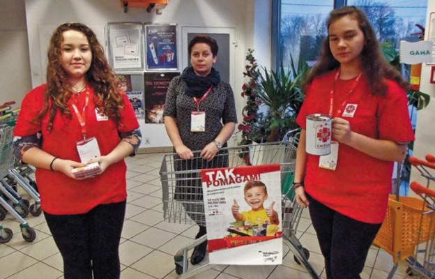 Akcja odbywa się w wybranych sklepach, gdzie dyżurują wolontariusze zachęcający do wzięcia udziału w niej oraz dziękujący za wsparcie