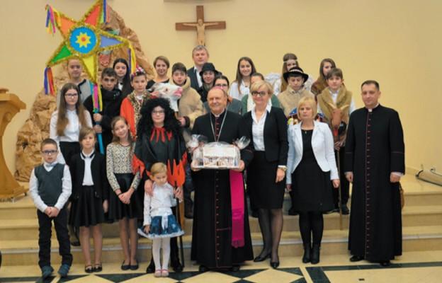 Pamiątkowe zdjęcie z Pasterzem diecezji i organizatorem spotkania ks. Krzysztofem Mielnickim to już tradycja