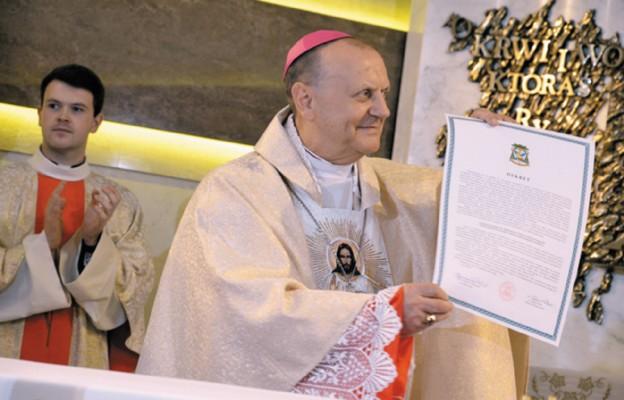 Pasterz diecezji prezentuje dekret ustanawiający sanktuarium Miłosierdzia Bożego w Bielsku Podl.