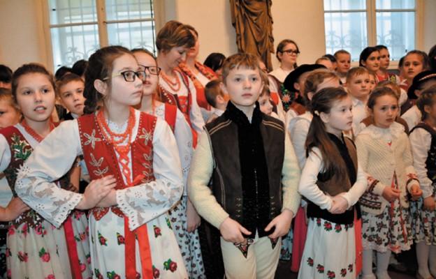 """Przyjechali, żeby pokazać swe prace i zaśpiewać na góralską nutę; więcej zdjęć z wydarzenia znajduje się na stronie www.niedziela.pl, w zakładce """"Niedziela Małopolska"""""""