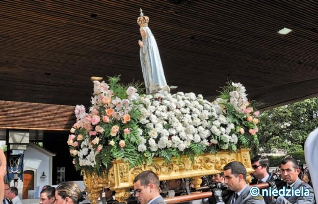 Procesja z figurą Matki Bożej Fatimskiej