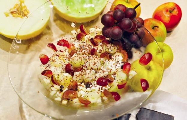 Sałatka owocowa z serkiem wiejskim