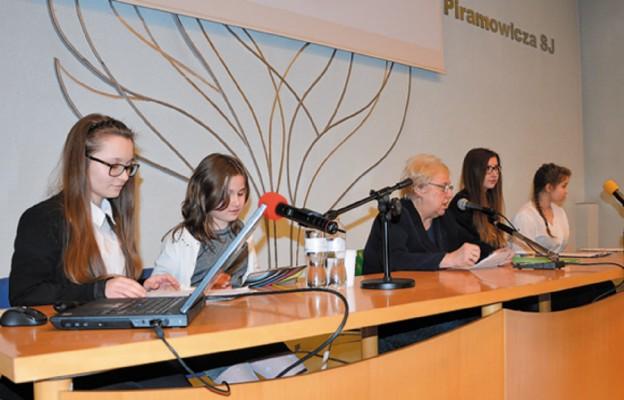 W czasie grudniowej konferencji dr Jolancie Stokłosie towarzyszyły dziewczęta, o których prezes Towarzystwa mówiła, że to one będą kontynuować ideę wolontariatu hospicyjnego