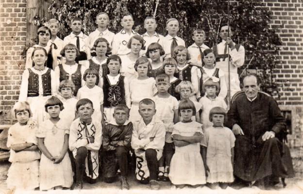 Przed plebanią po przedstawieniu z okazji Zielonych Świątek, ok. 1935 r. Właścicielka zdjęcia Gertruda Okonek z d. Jopek klęczy obok ks. Nagórskiego