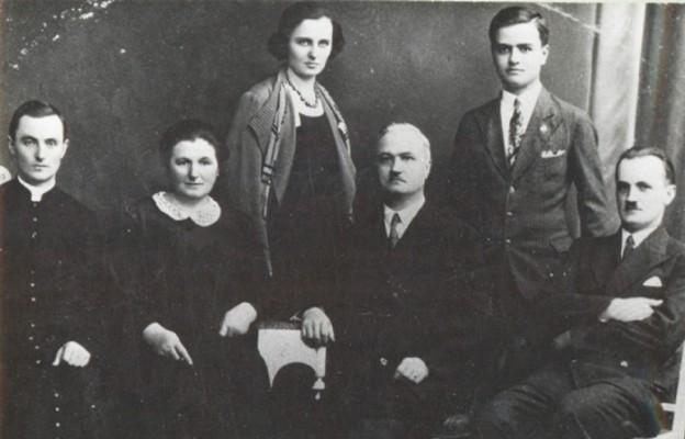 Z lewej ks. Marian Cichoń SCJ z rodzicami Bronisławą i Stanisławem oraz rodzeństwem. Zdjęcie pochodzi z ok. 1937 r.